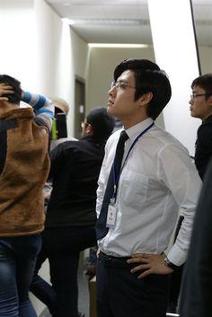 Misaeng: Kang Ha Neul behind the scenes Asian Actors, Korean Actors, Kang Haneul, Seo In Guk, Star K, Male Style, Smart Styles, Korean Star, Korean Artist