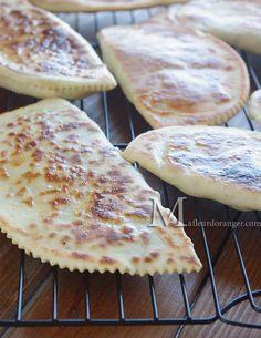 Destination Turquie cette fois avec cette recette de galette ou crêpe turque appelée localement Gozleme, ça ressemble un peu aux batbouts farcis mais en plus facile. La pâte est différente au niveau de la composition et plus fine. Ce qui donne des galettes...