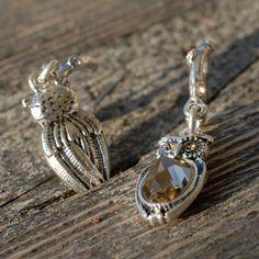 Symbool van wijsheid - Grappige mini creolen in de vorm van een takje, verfraaid met Swarovski kristallen met daaraan een zeer gedetailleerd uitgewerkte bedel van een uil.