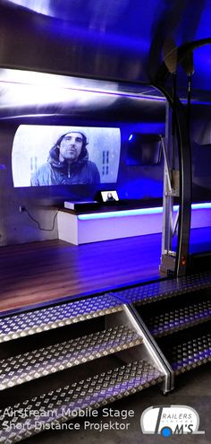 Kurzdistanzprojektion in einer Airstream Mobile Stage. Airstream, Lounge, Flat Screen, Stage, Airport Lounge, Blood Plasma, Drawing Rooms, Lounges, Flatscreen