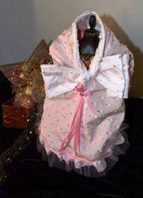 """GRETA abito per lei SMALL elegante abito in pregiato """"tessuto lavorato con fiocchetti rosa bebè"""", internamente foderato in caldo pile, arricchito con nastri e tulle, impreziosito da fiocco ornamentale annodato sul dorso, disponibile per cani taglia Small nelle misure XS, S, M, L."""