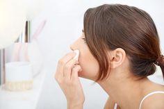 La décoloration du duvet et des poils en utilisant de l'eau oxygénée ou de la crème décolorante peut être - dans certains cas - une alternative intéressante à l'épilation. Si la plupart de nos poils peuvent être facilement éradiqués par les techniques épilatoires habituelles, c''est cependant une...