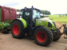 A nice to start this week is to enjoy a bit this farm tractor from Claas ... more on http://www.agriaffaires.co.uk/used/farm-tractor/1/5793/claas.html