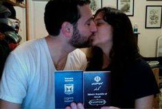 Un tenero bacio scambiato da un giovane che espone il proprio passaporto israeliano con una ragazza, che mostra quello iraniano http://goo.gl/G9MpP