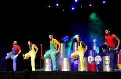 Vestidos con mamelucos de distintos colores (amarillo, rojo y verde), los cinco integrantes de la compañía Toom-pak encienden el escenario con su presencia y destrezas artísticas-musicales.