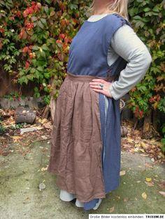 Helles Leinenkleid, darüber blauer Surcote und braune Schürze Midi Skirt, Skirts, Fashion, Ladies Clothes, Get Tan, Figurine, Gowns, Moda, Skirt