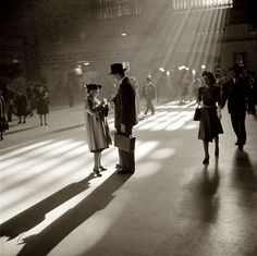 Berenice Abbott-Grand Central Terminal, New York City, 1941 Berenice Abbott, Vintage Pictures, Old Pictures, Old Photos, Famous Photos, Shorpy Historical Photos, Diane Arbus, New York Pictures, Photo D Art
