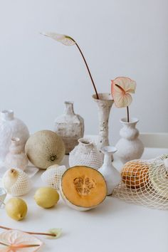 home with: Alana Wilson, ceramicist Still life with fruit, flowers and vessels.Still life with fruit, flowers and vessels. Life Table, Still Life Fruit, Mood Images, Still Life Photos, Ideias Diy, Prop Styling, Event Styling, Look Here, Slow Living