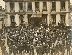 A crowd gathered outside the Mansion House in Dublin, one day before a truce was signed in the War of Independence. Date: 8 July 1921 NLI Ref. Dublin House, Dublin City, Ireland 1916, Dublin Ireland, Churchill, Easter Rising, Protest Posters, City Library, Mansions Homes