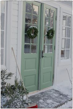 Söta Prickar~Like these doors and the color is just right. Green Front Doors, Front Door Colors, Vibeke Design, Farmhouse Paint Colors, Weekend House, Christmas Porch, Swedish House, Exterior Doors, Windows And Doors