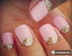 Розовый маникюр с золотыми блестками