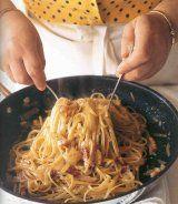 spaghetti carbonara Massa Carbonara, Linguine Carbonara, Lidia's Recipes, Kitchen Recipes, Pasta Recipes, Lidias Italy Recipes, Spaetzle Recipe, Lidia Bastianich, Italian Dishes