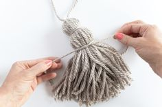 I remember having a doll of yarn!--how to make yarn tassels (use on pillow corners? Easy Yarn Crafts, Diy And Crafts, Arts And Crafts, Diy Pompon, Pillow Corner, Knitting Patterns, Crochet Patterns, How To Make Tassels, Creation Deco