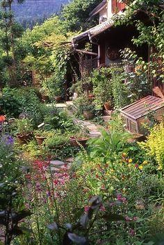 京都・大原にあるベニシアさんの自宅の庭=ベニシアさん提供