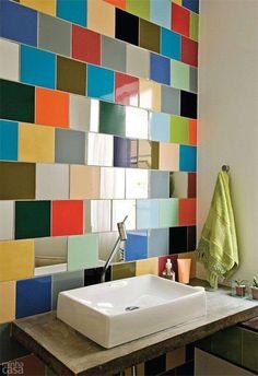 Revestimento de azulejos coloridos em parede do banheiro