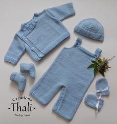 Un ensemble layette composé de 5 pièces tricotées en jersey et point de riz pour bébé prématuré.