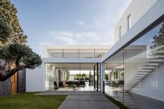 Architect Pitsou Kedem and his studio designed an incredible pavilion-like house 20 kilometres from Tel-Aviv, cladding it in stone and beautiful woodwork. The house that is characteristically [. Public Architecture, Architecture Design, Pitsou Kedem, Glazed Walls, Internal Courtyard, Architect House, Design Architect, Minimalist Home, Luxury Homes
