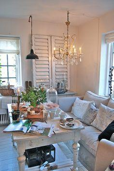 Un petit salon à droite de la cuisine. Vous pouvez boire un café et lire le journal.