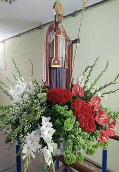 São Geraldo - www.orquideias.com Church Flower Arrangements, Blessed Mother, Table Decorations, Flowers, Christmas, Home Decor, Crown Flower, Floral Arrangements, Xmas