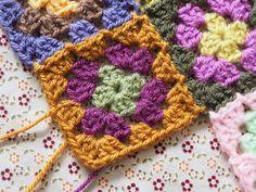 Granny Tech - Detailed photo tutorial on granny squares. Crochet Squares, Crochet Granny, Knit Crochet, Granny Squares, Crochet Chart, Crochet Patterns, Yarn Crafts, Diy Crafts, Granny Square Tutorial