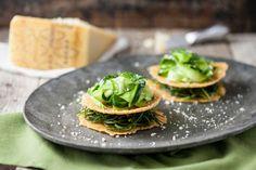 Un antipasto sfizioso e croccante. La millefoglie di cialde di formaggio ha un'insolita farcitura di agretti e zucchine. Prova la ricetta di Sale&Pepe.