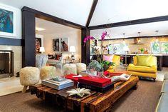 La mesa de centro de la sala es diseño de Hernán Arriaga, con durmientes de tren reciclados. Los bancos son también diseño de HAdesign.   Galería de fotos 2 de 14   AD MX