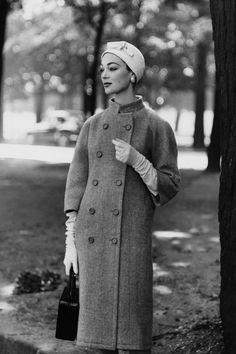 """""""Cuando la única opción es también la mejor - Foto publicada en Vogue en 1955. La modelo lleva un abrigo de Balenciaga. Foto: Henry Clarke"""""""