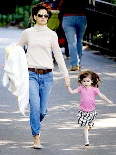 Actress - atriz - actriz - hair - cabelo - beautiful - bonita - hermoso - moda - look - style - estilo - inspiration - inspiração - inspiración - fashion - elegant - elegante - casual - Skirt - saia - Bonpoint - shirt - Splendid Littles - camisa  blusa - pink rosa - Grey Shoes - Polder - sapato cinza - kid - child - criança - niña - menina - girl - Princess - princesa - baby - bebê - daughter - filha - hija - mother - mãe - madre - mom - mamãe - mamá - October - 2008 - Katie Holmes - Suri…