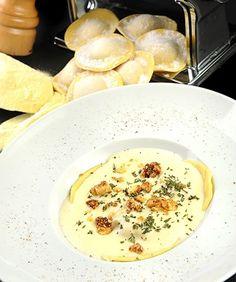 Ravióli de abóbora com molho de queijo de cabra, nozes caramelizadas e ervas frescas (Foto: Divulgação)
