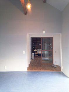 淡いブルーグレーの壁と濃いブルーグレーの床