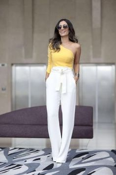 Como usar amarelo em diversos looks: guia completo. Blusa com um ombro só, calça clochard branca