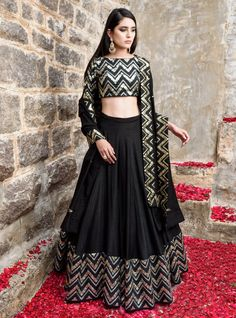 Dress Indian Style, Indian Fashion Dresses, Indian Gowns, Indian Designer Outfits, Indian Outfits, Black Indian Gown, Mehendi Outfits, Indian Skirt, Fashion Wear