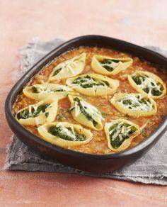 Voor dit recept gebruiken Miki Duerinck en Kristin Leybaert hele grote pastaschelpen, de conchiglione, want de bedoeling is om ze te vullen met spinaziesoufflé en ze in de groentesaus te leggen. Die saus is niet alleen zeer lekker, ze belet ook dat de schelpen in de oven zouden uitdrogen. Yummy World, Kitchen Recipes, How To Cook Pasta, Fusilli, Pasta Dishes, Macaroni And Cheese, Bon Appetit, Brunch, Feta