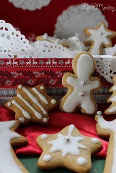 As bolachas de especiarias são um dos clássicos do Natal. Fazê-las com as crianças é diversão garantida. Foi o que aconteceu cá em casa e no workshop de dia 5 de dezembro na loja DeBORLA, onde as d…