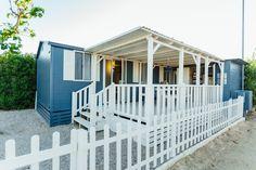 Mobil Home de alquiler, con vistas al mar, en el camping situado en la Costa Dorada. Parking, Garage Doors, Sea, Navy, Outdoor Decor, Home Decor, Ocean Views, Ocean Waves, Single Beds