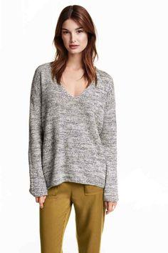Jersey con escote de pico: CONSCIOUS. Jersey de punto en mezcla de algodón suave. Modelo con escote de pico, mangas largas y parte posterior ligeramente más larga. El algodón es reciclado.