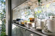 出窓を食器棚に。ここからも気持ちのいい緑が見える。「アクリルで扉を作りましたが、ほとんど使っていないです(笑)」