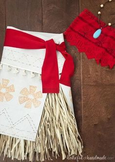 Create the perfect princess Halloween costume with this easy DIY Moana costume. This easy to make Halloween costume is perfect for your island princess. Halloween School Treats, Halloween Party Supplies, Family Halloween, Easy Halloween, Halloween Costumes For Kids, Costumes For Women, Teen Costumes, Couple Costumes, Pirate Costumes