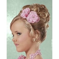 Make your little girl wear the best Pageant Hairstyle from various styles like the flowing, ponytail, braid or classic updo hairstyles. Beauty Pageant Hair, Pageant Hair And Makeup, Hair Beauty, Flower Girl Hairstyles, Little Girl Hairstyles, Pageant Hairstyles, Teenage Hairstyles, School Hairstyles, Wedding Hairstyles