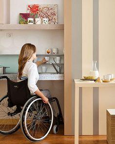 Foto de uma cozinha com espaço livre embaixo da pia e prateleiras em cima da bancada ao alcance das mãos.