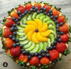 17 Ideas For Fruit Pizza Healthy Cooking Fruit Buffet, Fruit Dishes, Fruit Snacks, Fruit Recipes, Dessert Recipes, Salad Recipes, Fruit Trays, Aperitivos Finger Food, Fruits Decoration