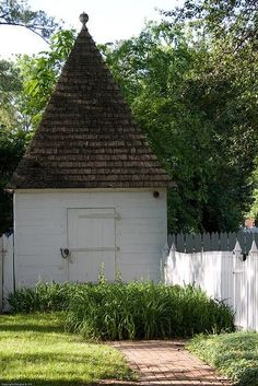 Shed ~ Colonial Williamsburg. I would so paint a gnome face on the white part of the shed, so that the whole thing looks like a garden gnome! Garden Buildings, Garden Structures, Colonial Garden, Colonial Cottage, Potting Sheds, Potting Benches, Modern Garden Design, She Sheds, Colonial Williamsburg