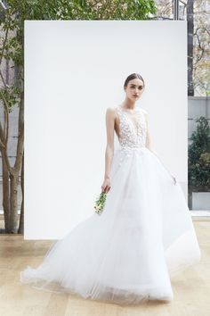 See the complete Oscar de la Renta Bridal Spring 2018 collection.
