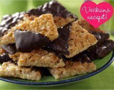 Sugen på något gott till kaffet? Prova dessa lyxiga mördegskakor med knäckig toscasmet och choklad! 24 st 150 g smör 3½ dl vetemjöl 3/4 dl strösocker 1 krm salt 2...