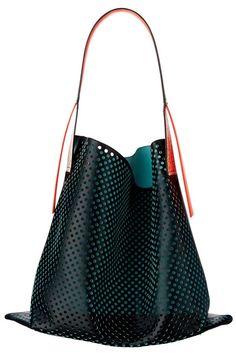 スポーティー&モダンが気取れるメッシュのトート型バッグ。  KENZO (ケンゾー) ¥116,000 H43㎝  問い合わせ先/ケンゾーパリ ジャパン 03-3583-1555