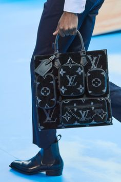 The complete Louis Vuitton Fall 2020 Menswear fashion show now on Vogue Runway. The complete Louis Vuitton Fall 2020 Menswear fashion show now on Vogue Runway. Louis Vuitton Rucksack, Louis Vuitton Wallet, Vuitton Bag, Louis Vuitton Neverfull, Louis Vuitton Handbags, Purses And Handbags, Louis Vuitton Monogram, Louis Vuitton For Men, Luxury Handbags