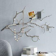 木の枝に色を塗って壁に掛けて、ディスプレイするように収納するというアイデア。アクセサリーは少なめに飾る方がおしゃれに見えます。