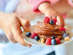 Vegane Ernährung liegt voll im Trend. Probieren Sie es auch aus! Unser Familien-Rezept für Buchweizen-Pancakes ist für echte Schleckermäuler. Guten Appetit! http://www.fuersie.de/kochen/vegetarisch-und-vegan/artikel/rezept-vegane-buchweizen-pancakes