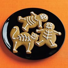 Gingerbread human cat & dog skeleton cookies for Halloween party. Halloween Snacks, Bolo Halloween, Halloween Goodies, Halloween Fun, Halloween Clothes, Healthy Halloween, Halloween Cupcakes, Halloween Skeletons, Costume Halloween