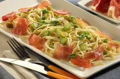 Espaguetis con espárragos verdes, jamón y habas tiernas